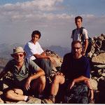 Au sommet de l'Ossau, Philippe, Jérémie, Bernard et son fils Renaud à l'arrière plan