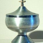 Pisside in metallo lavorato a disegno minuto. Bottega italiana sec. XX