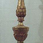 Candeliere in legno dorato su base nera. Bottega toscana sec. XIX
