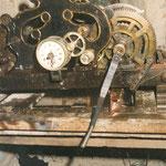 Orologio restaurato con manovella per la carica e il nuovo peso di piombo