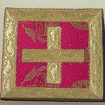Borsa in raso rosso con croce al centro bordo oro. Manifattura italiana sec. XX
