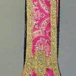 Stola rossa con ricamo quadrilobo. Manifattura italiana sec. XX
