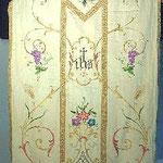 Pianeta in seta colore ecrù con motivi floreali. Manifattura italiana sec. XX