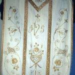Pianeta con motivo decorato in oro applicato. Manifattura italiana sec. XX