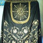 Piviale in seta nera con motivo ricamato in oro. Manifattura italiana sec. XX