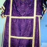 Tonacella di colore viola damascata. Manifattura italiana sec. XX