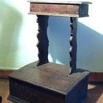 Inginocchiatoio in legno intagliato con volute, bottega toscana sec. XVIII