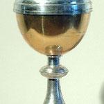 Pisside con piede rialzato semplice in metallo. Bottega italiana sec. XX