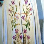 Piviale di colore avorio con gigli viola. Manifattura italiana sec. XIX