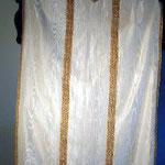 Pianeta bianca marezzata con gallone dorato. Manifattura toscana sec. XX