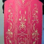 Pianeta rossa con ricamo applicato in oro e spighe. Manifattura italiana sec. XX