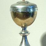 Pisside in metallo satinato e dorato. Bottega italiana sec. XX