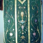 Pianeta colore verde con decorazione floreale. Manifattura italiana sec. XX