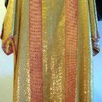 Tonacella con fondo dorato e bordo rosso. Manifattura italiana sec. XX