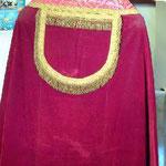 Piviale in velluto rosso con disegno quadrilobo. Manifattura italiana sec. XX