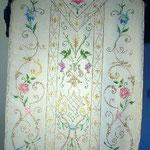 Pianeta fondo crema e motivi policromi a fiori. Manifattura italiana sec. XX