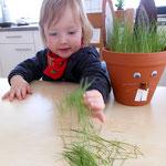 Fiona spielt mit dem abgeschnittenen Gras.