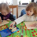 Fiona und Nelly malen fleißig.