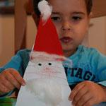 Es geht auf Weihnachten zu. Tim (2,5 Jahre) hat heute einen Nikolaus gebastelt.