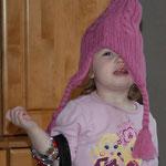 Ich liebe Mützen - und kann sie auch schon ganz alleine anziehen :)