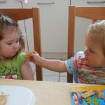 Milena wollte teilen, aber Nelly mochte ihr Brot nicht.