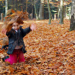 Blätter werfen macht Spaß.
