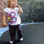 Auch Milena findet das Trampolin toll.