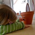Fiona betrachtet ihren fertigen Hasenostertopf.