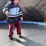 9. März: Fiona hüpft zum ersten Mal auf dem Trampolin.