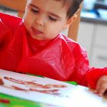 Tim (2,5 Jahre) malt hoch konzentriert.