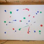 Ein Blatt Papier in einen Karton legen und einige Farbkleckse auf das Blatt verteilen...