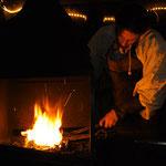Der Schmied schürte nicht nur das Feuer, sondern auch das Interesse der Kinder.
