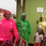 Angehörige und Mitarbeiter vor dem Büro in Kumasi