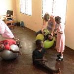 die Gymnastikbälle sorgen bei den Kindern mit Spastiken für Entspannung...