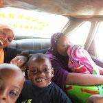 """Unser """"Schulbus"""" ist leider nur ein kleines Taxi, deshalb wird jeden Tag Tetris gespielt, um alle hinein zu bekommen..."""