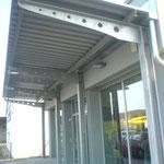 """Vordachkonstruktion mit Kragarmen für """"TAKKO""""-Markt"""