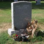 Tombe de Félix Leclerc sur l'Ile d'Orléans - Toute simple, pour la voir de loin, chercher les souliers