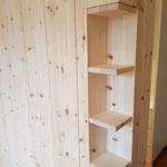 Schlafzimmerausbau aus Zirbelkiefer mit einer Ecklösung der Trennwand