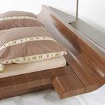 Bett mit gebogenen Kopf- und Fußteil aus Nussbaum