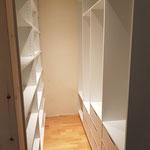 Schlafzimmerausbau aus Zirbelkiefer mit einem begehbaren Kleiderschrank
