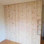 Schlafzimmerausbau aus Zirbelkiefer mit einer Trennwand