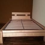 Bett aus Massivholz Ahorn mit Nussbaum Zierstreifen