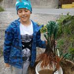 Enkelkind von Josef Fischer (Weingut Fischer) mit neuen Rebpflanzen