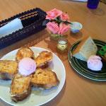 お花模様のフレンチトーストとシフォンケーキ