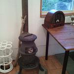 暖炉ストーブにレトロなラジオ
