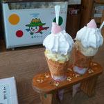 シングルのコーンアイス・ソフトクリームが上にのってきます。ひよこプチセンベイつき