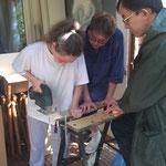 Leroni, Dean und Lam beim kürzen der Holzstücke