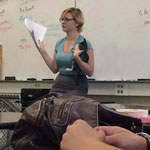 Преподаватель нашла бездомного котенка у школы. Так она вела урок.