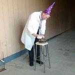 Учитель физики проводит эксперименты.