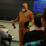 «Мой преподаватель сказал, что если весь класс получит пятерки за тест, он придет в костюме Скуби-Ду и принесет детское шампанское. Мы постарались, а он сдержал слово».